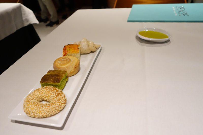 Εστιατόριο Sense at Athens Was Αθήνα Ελλάδα Από το μενού Ψωμί και λάδι ελιάς
